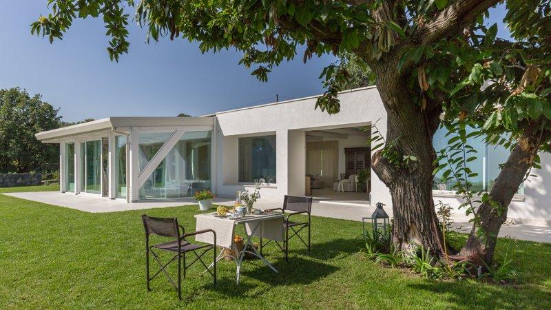 Contrada Monte Serra, modern villa with private garden and sea views, casa vacanza a Viagrande