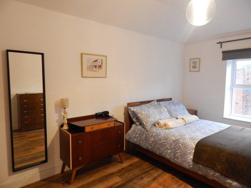 Vintage sovrummet har smakfull antika och vintage möbler.