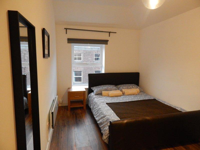 Den samtida sovrum har en kingsize super skön minne madrass