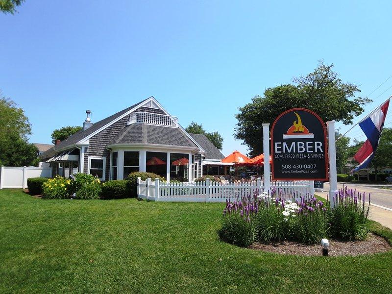 Bezoek Embers voor de beste pizza en vleugels in de stad - dineer in of dineer uit - ze hebben grote tv-schermen om je favoriete sportwedstrijd en een grote vuurplaats te bekijken! Cape Cod Vakantiewoningen in New England