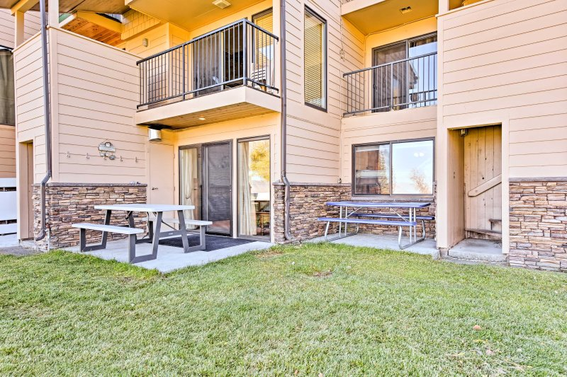 Cozy Condo on Bear Lake w/Patio & View to the Lake, holiday rental in Laketown