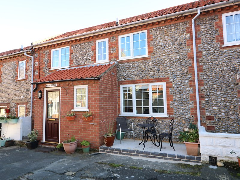 BOSUN'S COTTAGE, open plan, close to the beach, in Sheringham, Ref. 970149, holiday rental in Sheringham