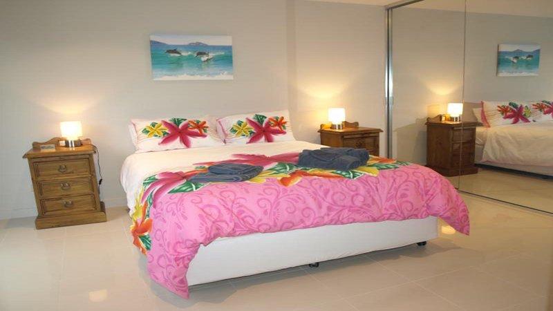 Chambre à coucher avec lit queen size, avec sa propre salle de bains et l'entrée sur la cour.