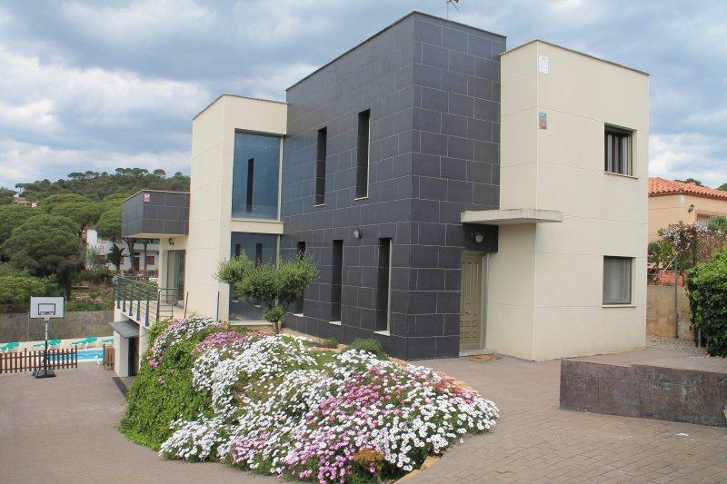 Villa Asturias, Modern house, 5 bedrooms, Lloret, vacation rental in Lloret de Mar