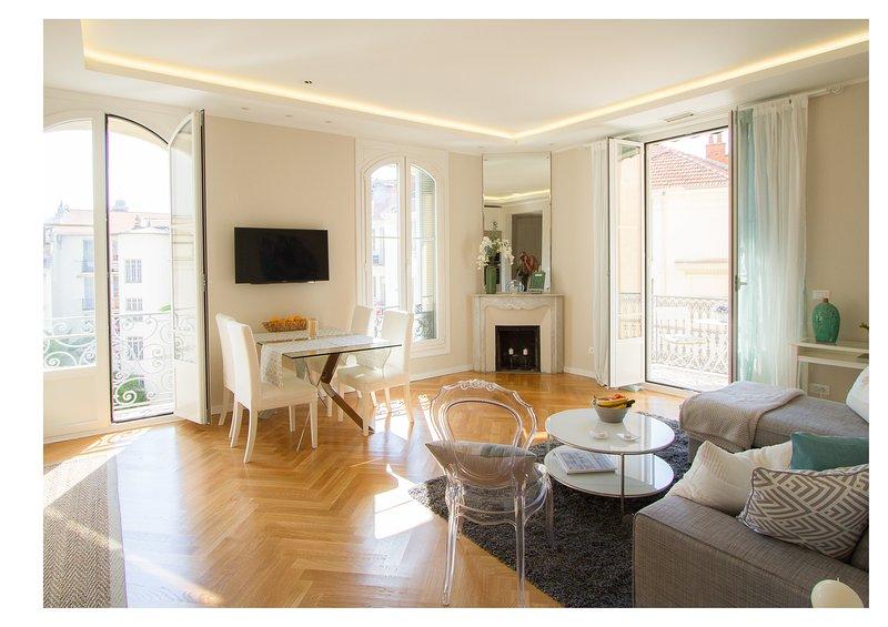 La salle de séjour spacieuse avec beaucoup de goût et confortablement décorées dans des tons de gris et d'aqua.