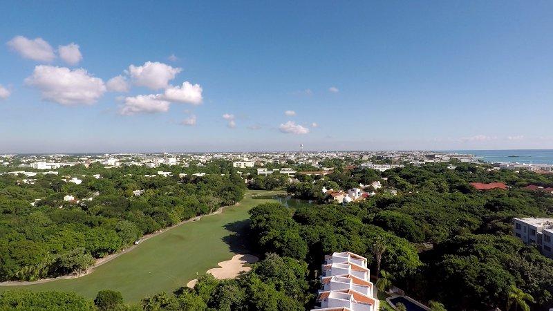 Ver hacia la ciudad por encima de Casa Selva Caribe (en primer plano). A la izquierda es el golf, el mar es correcta