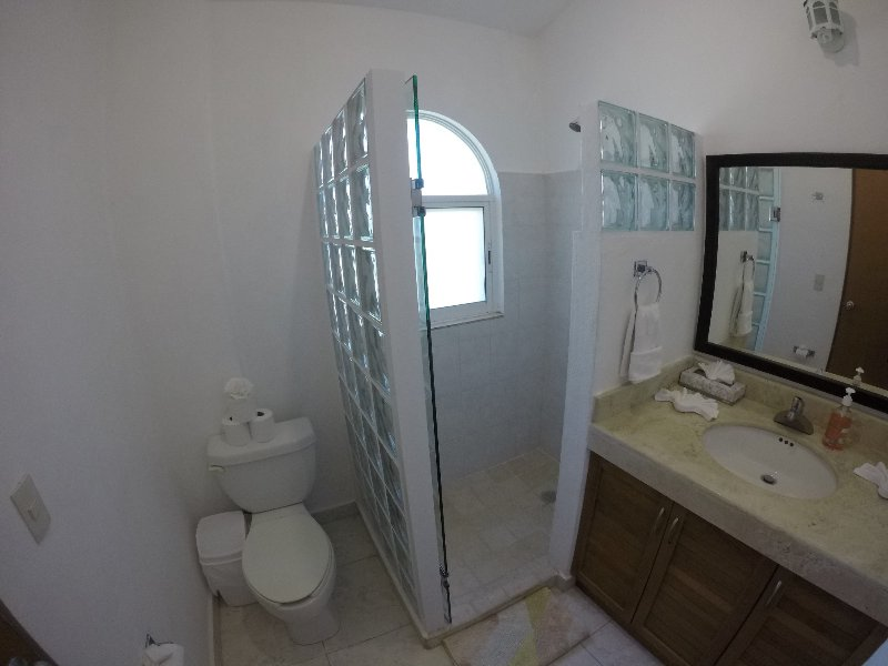 El baño privado para el dormitorio 2 con ducha