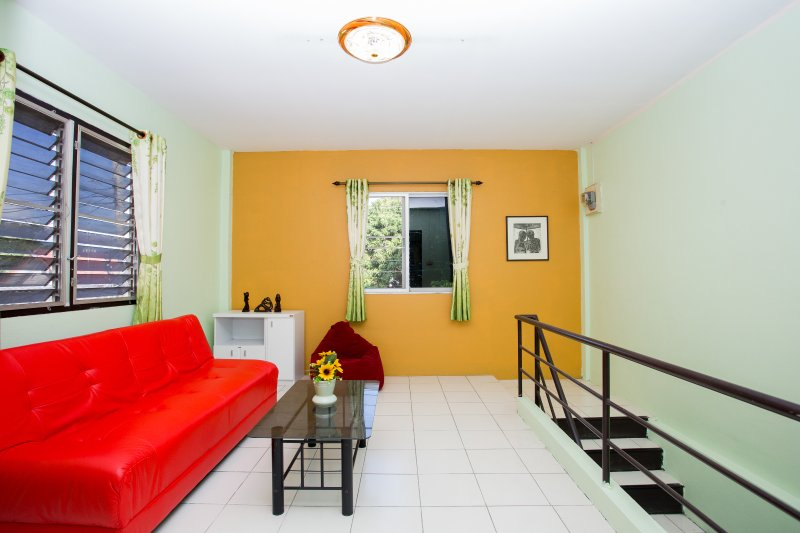 Cozy Lovely, Clean Townhomes inside the moat, Location SUPERP!!!, vacation rental in Haiya