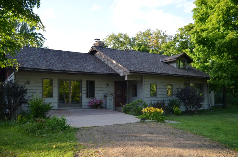 Lovely cottage with beautiful views of Wabana lake, holiday rental in Grand Rapids