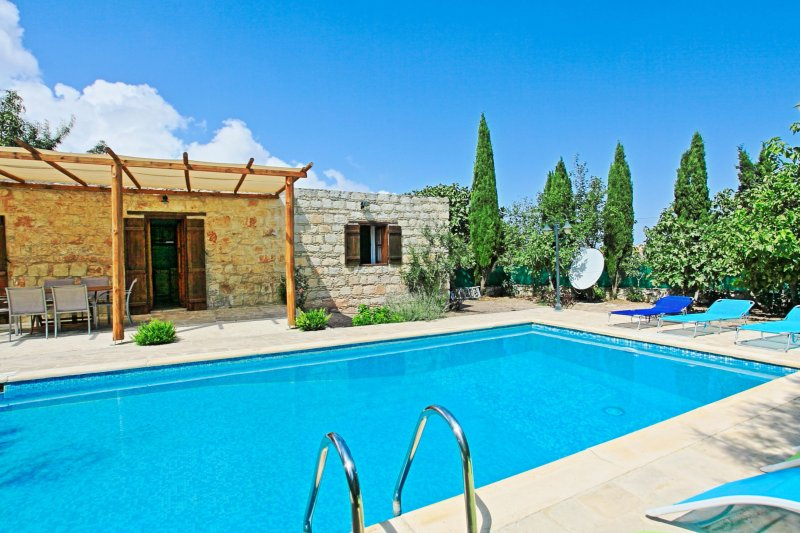 Simeon Estate: Welcoming stone property, with private pool, recently renovated, location de vacances à Inia
