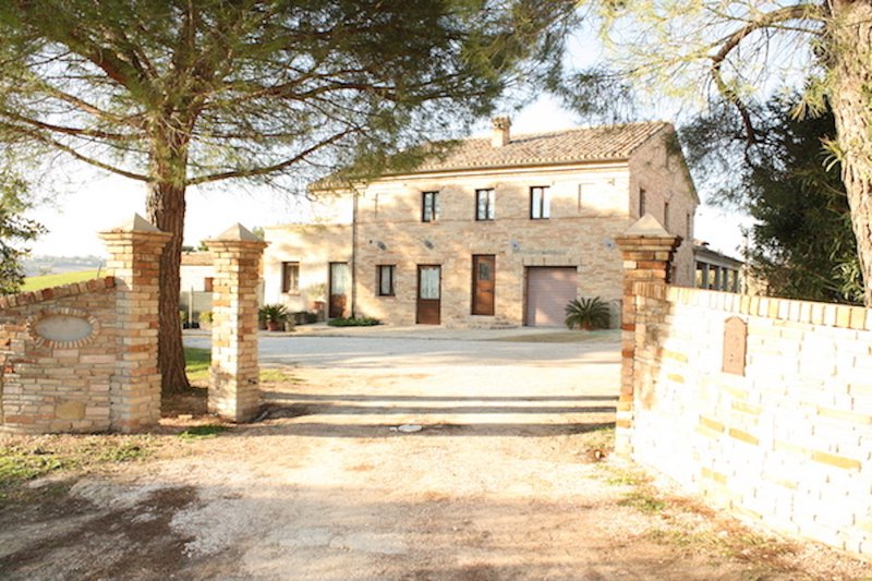 Newly restored country house with private pool and fabulous mountain views, vacation rental in Monte San Pietrangeli