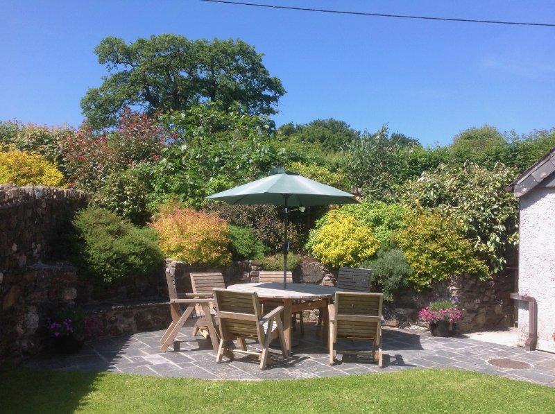 Patio in Gospenheale Barn tuin. Barbecue beschikbaar.