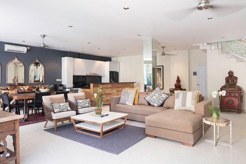 Mobiliario de lujo, sala de estar y comedor con una cocina de planta abierta.