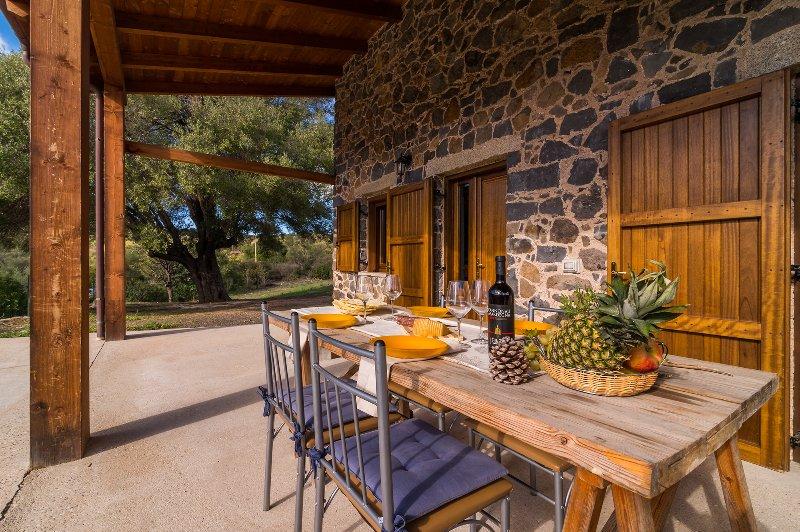 CASA PEDRA 2: caratteristica casa in pietra, 5 persone, holiday rental in Galtelli