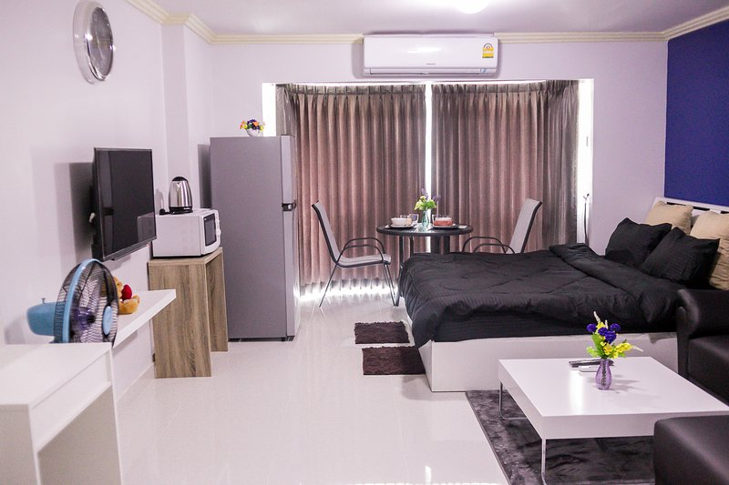 Beautiful Modern Condo on Nimman Road Great Location Near Doi Suthep, holiday rental in Chang Phueak