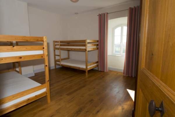 """habitación de los niños: Sala """"Lectoure"""" la casa de Busquet. 2 literas, capacidad para 4 personas"""