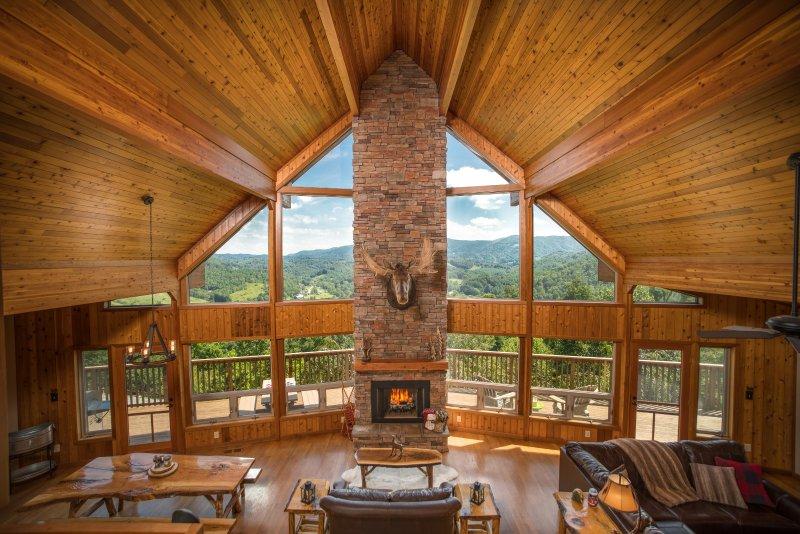 Luxury Cedar Cabin with Grand Views. Just 7 Miles to Boone, North Carolina, location de vacances à Sugar Grove