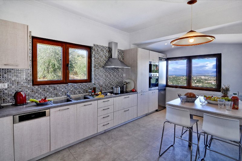 Fully equipped kitchen with amazing views to cook and gaze.