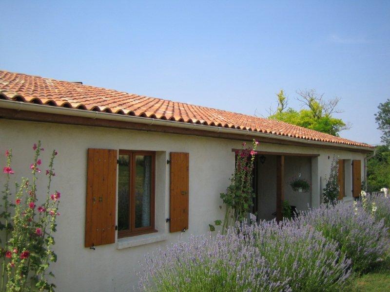 Villa Tranquille - private villa with large garden, location de vacances à Les Touches de Perigny