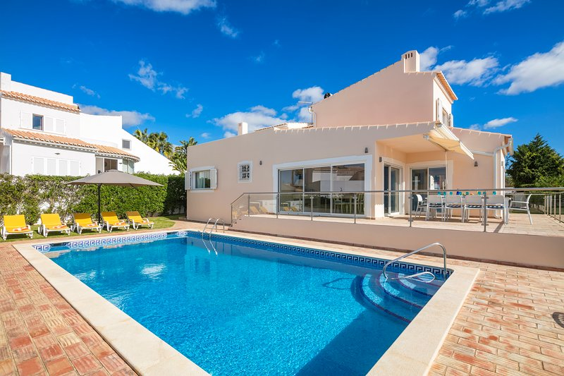 Luxury renovated villa with pool near beach and town, casa vacanza a Gale