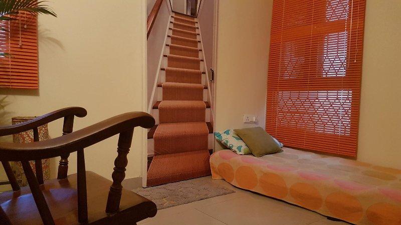 Ihr Zimmer. Und oh, nicht täuschen lassen zu denken, das ist eine Treppe. Es ist nur ein Türaufkleber!