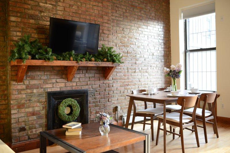 Manhattan Brownstone Condo - Large Garden, New Furniture, Hip Area, Convenient, holiday rental in New York City