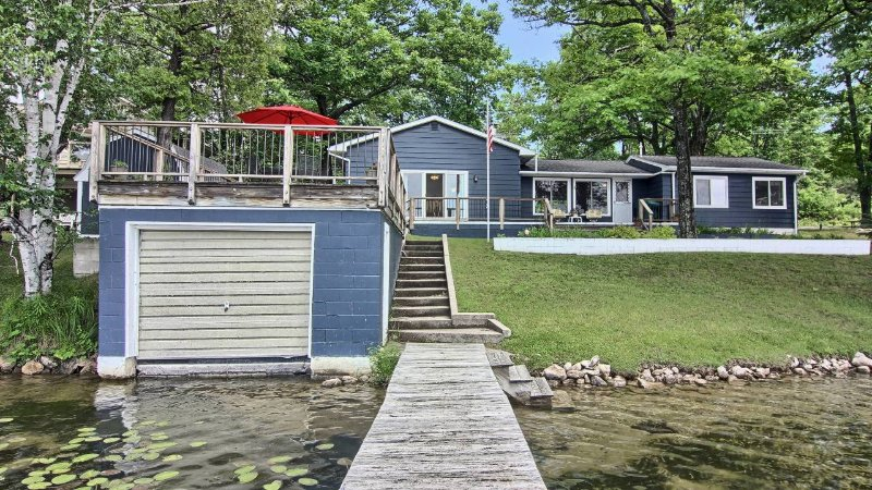 Welcome to our cottage on Clam Lake!