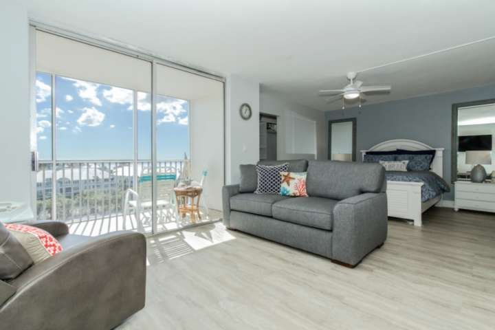 Il condominio monolocale luminoso e aperto è invaso da bella luce del sole della Florida.