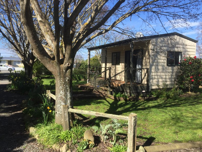 Ivy's Cottage in tranquil garden, holiday rental in Greytown