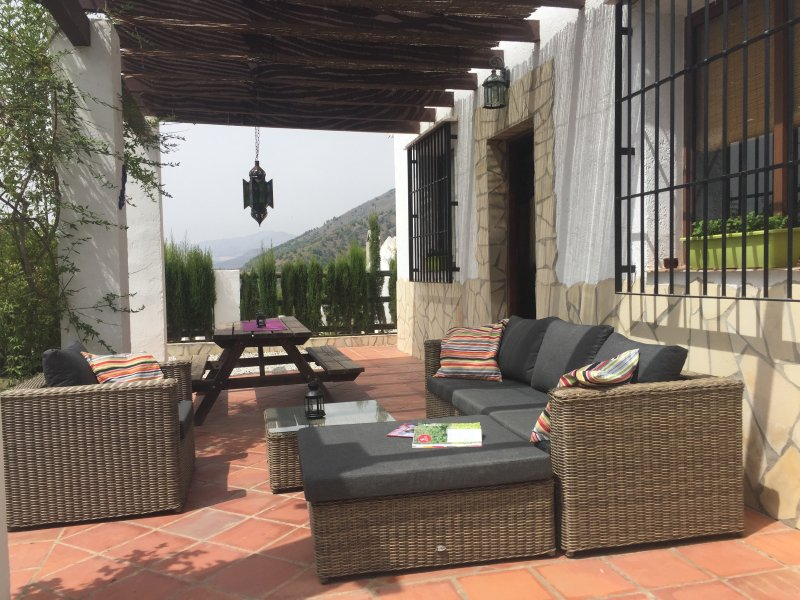 A spacious terrace with views of the mountains, the valley and Lake Viñuela