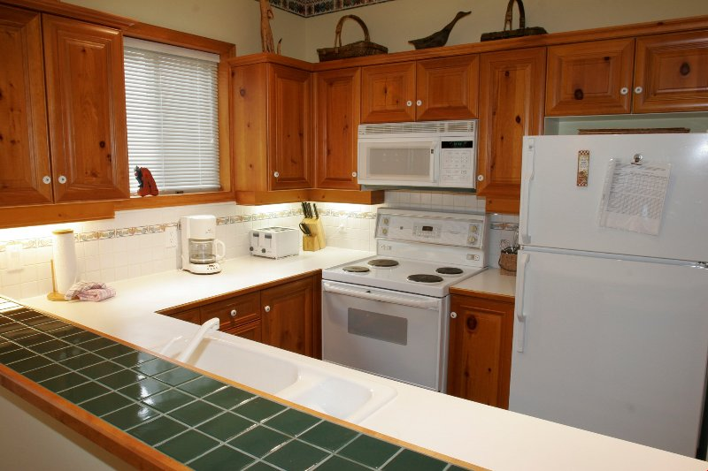 La cucina completamente attrezzata dispone di elettrodomestici moderni e bei tocchi di legno