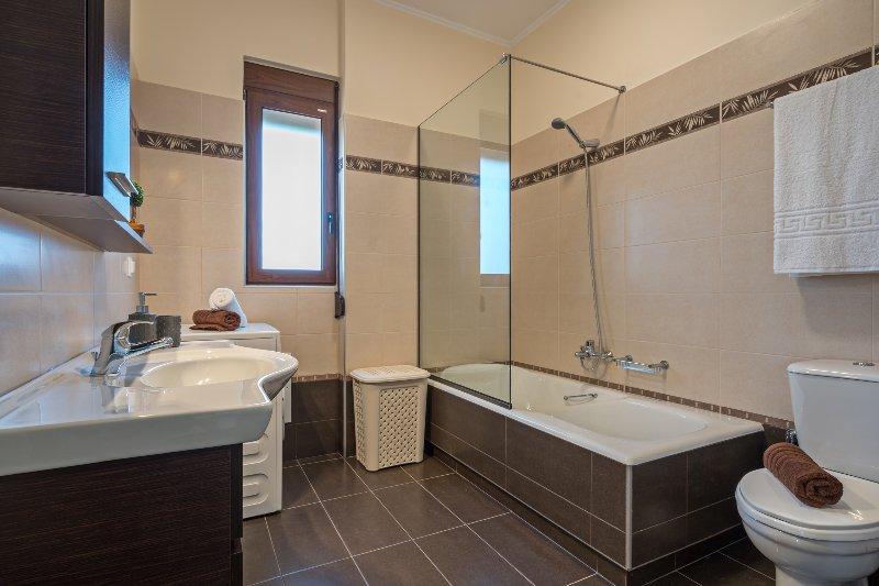 salle de bain moderne entièrement équipée