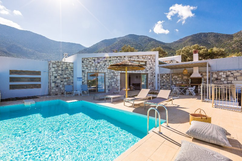 Magnificent, spacious terrace with a a 33 m2 private swimming pool!