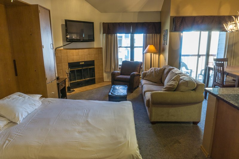 Steps to Winter Adventures Relaxed Condo w/Loft Bedroom, vacation rental in Breckenridge