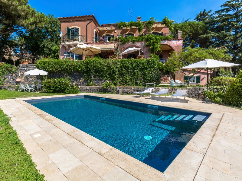 Uva Tanta holiday home, charming house with shared swimming pool., holiday rental in Trecastagni