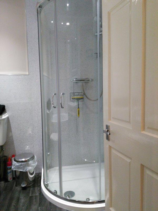 Casa de banho mostrando chuveiro