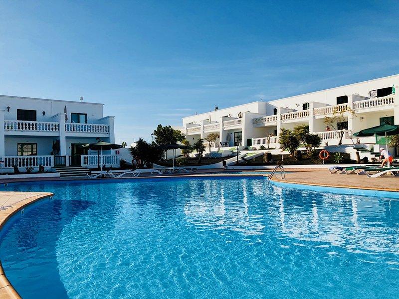 Apartamento Florencia con piscina, terraza grande & Wifi, solo 300m de la playa, aluguéis de temporada em Puerto Del Carmen