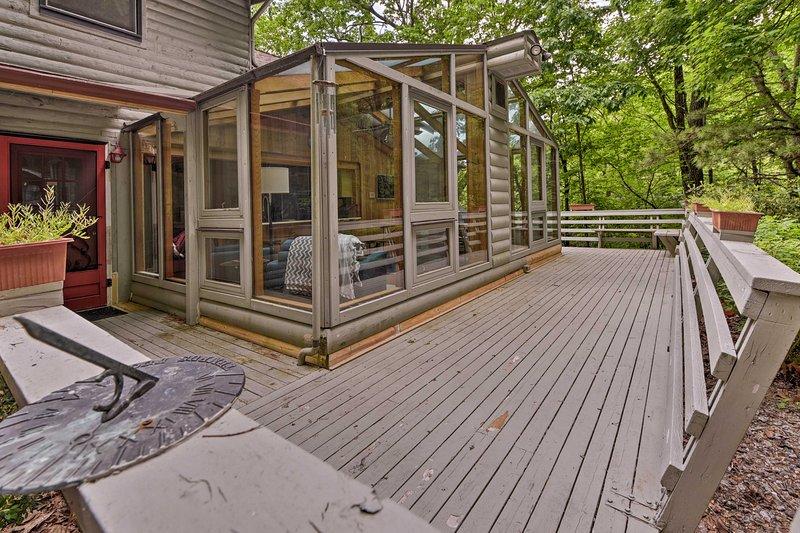 Con una amplia terraza rodeada de exuberante vegetación, esta casa hace que sea fácil de conectar con la naturaleza.