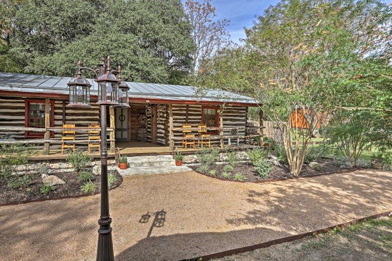 Custom 'Texas Cabin' Studio - 5 Min to Gruene Hall, vacation rental in San Marcos