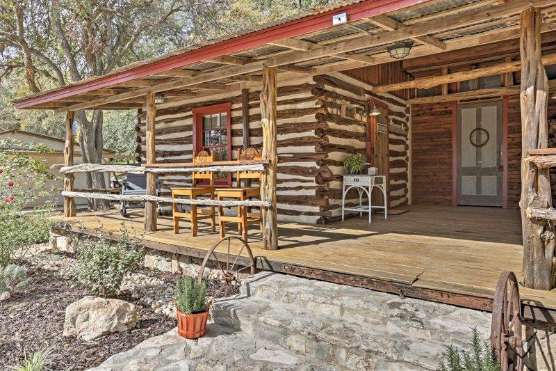 Experimente o melhor do oeste do Texas quando você reservar 'Gruene Cabin'.
