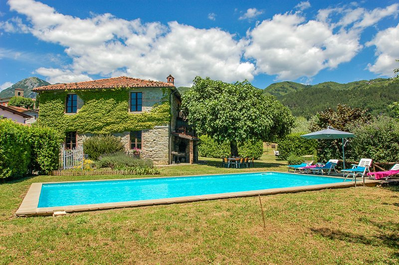 House with 10x5m private pool, own garden, bbq. Quiet area & panoramic views!!, casa vacanza a Corfino