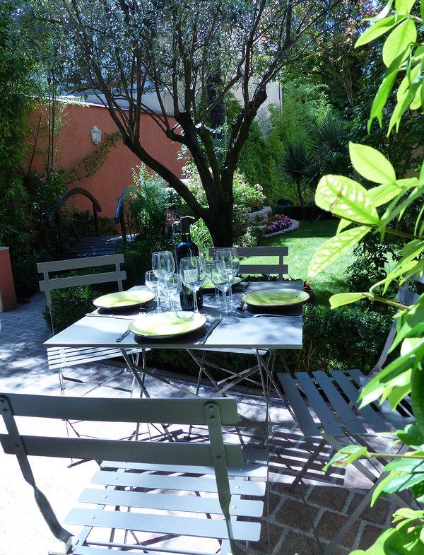 comedor terraza con vistas a jardín y flores
