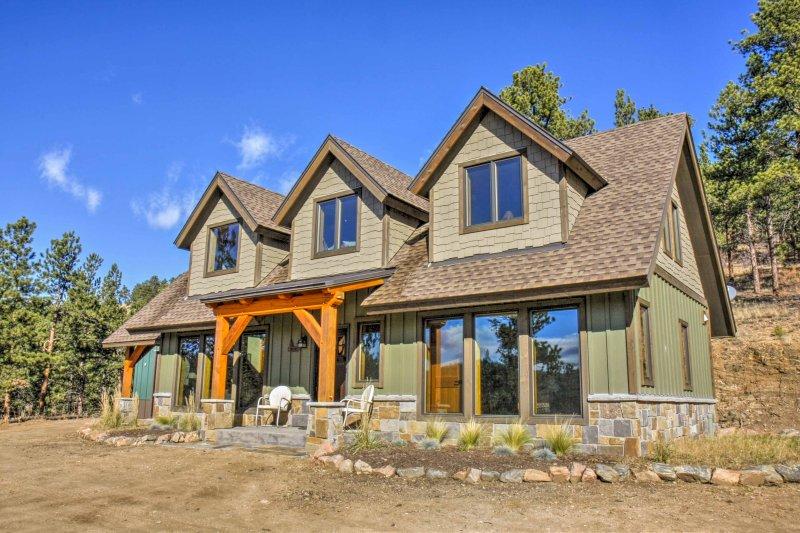 Hillside Pine Home on ~13 Acres w/ Mountain Views!, location de vacances à Pine