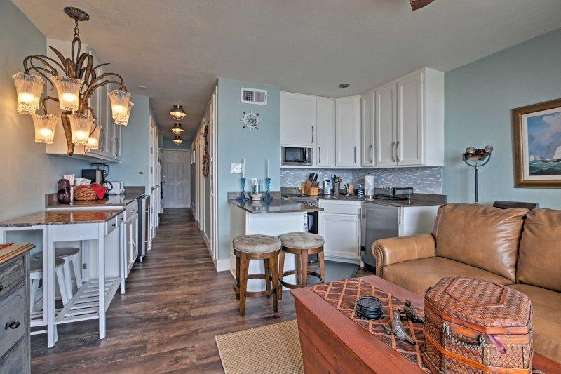 Beachfront Galveston Condo w/Pool & Ocean Views!, holiday rental in Galveston