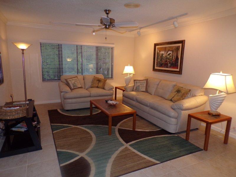 Las novedades sofás, baldosas y alfombra.