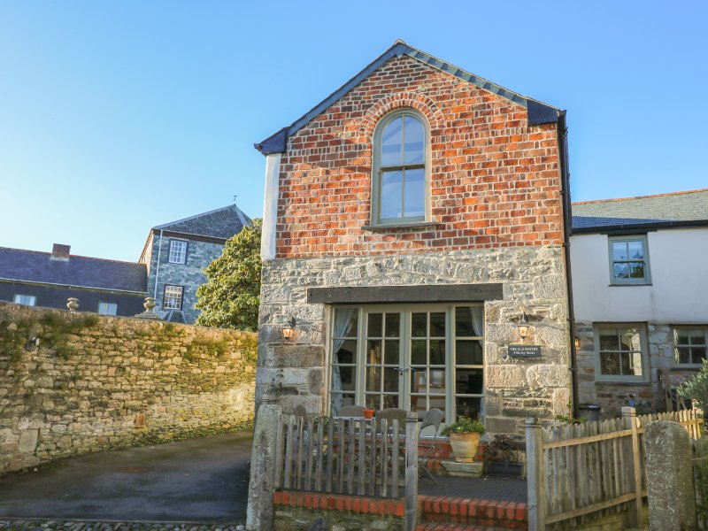 THE OLD SMITHY, character inn conversion, close to amenities, shared courtyard, holiday rental in St Columb Major
