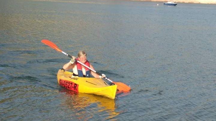 Kajakpaddling på sjön, eller segling, vindsurfing, simning - ditt val!