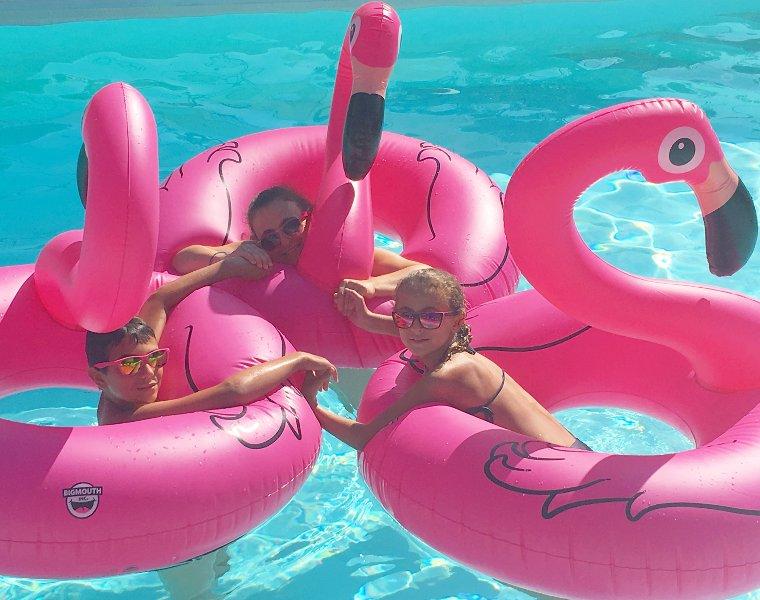 Piscina climatizada con algunos hinchables a su disposición, pero no todos tamaño para los niños aprender a nadar