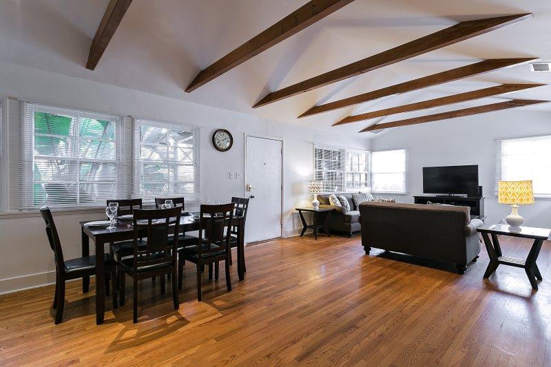 concepto abierto comedor y sala de estar