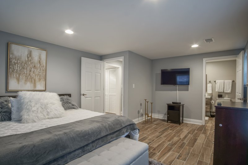 Spacious and Modern bedrooms with Luxury Bedding (KING)